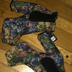 New with tags US8 floral tapestry platform boots